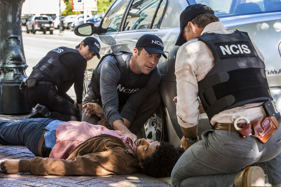 Der Mord an einem Bootsmann, führt Pride (Scott Bakula, r.), Brody (Zoe McLellan, l.) und Lasalle (Lucas Black, M.) zu Marco Drayer (Shawn Carter Pe... - Bildquelle: 2014 CBS Broadcasting Inc. All Rights Reserved.