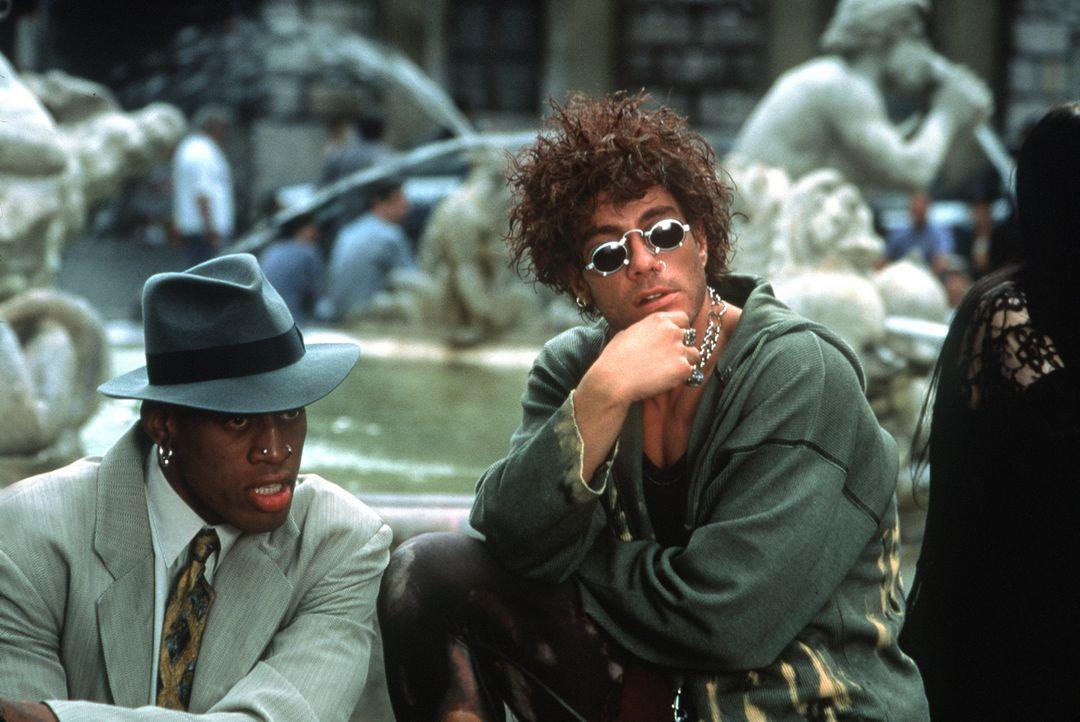 Double Team: Um die Täter überführen zu können, greifen Jack Quinn (Jean-Claude van Damme, r.) und Yaz (Dennis Rodman, l.) zu unkonventionellen... - Bildquelle: Columbia TriStar