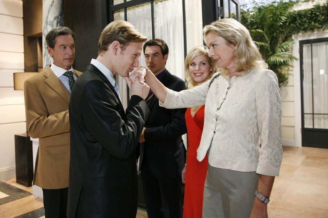 Schock: Julius (Günter Barton, l.) präsentiert Mark (Arne Stephan, M.), Alexandra (Ivonne Schönherr, 2.v.r.) und Elisabeth (Birte Berg, r.) seine... - Bildquelle: Sat.1
