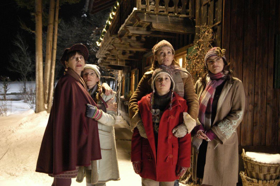 Müssen Abschied von Mr. Moose und dem Weihnachtsmann nehmen: Kirsten (Anja Kling, 2.v.r.), Gerlinde (Christine Neunbauer, r.), Oma Wagner (Monika H... - Bildquelle: Buena Vista International Television