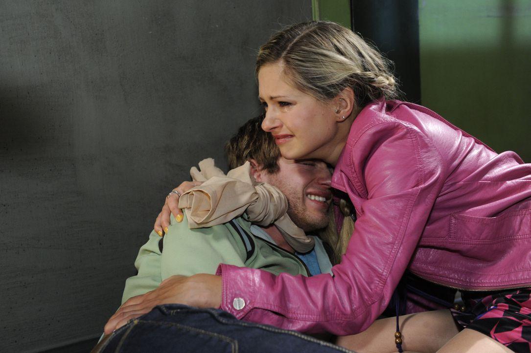 Mia (Josephine Schmidt, r.) kommt gerade noch rechtzeitig ins Gefängnis, um Jojo (Bernhard Bozian, l.) zu retten ... - Bildquelle: SAT.1
