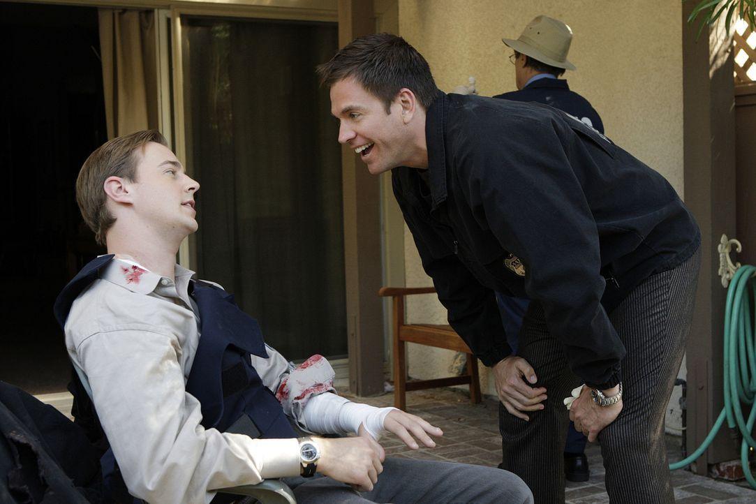 Beim Stürmen eines Hauses, wurde McGee (Sean Murray, l.) von einem Hund angefallen und somit hat er auch das Gespött von Tony (Michael Weatherly,... - Bildquelle: CBS Television