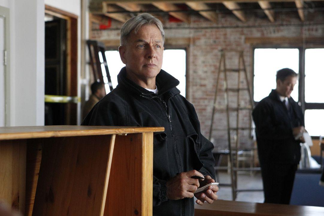 Lieutenant Commander Maya Burris wird erschossen in einem Loft aufgefunden. Gibbs (Mark Harmon, l.) und sein Team beginnt sofort mit den Ermittlunge... - Bildquelle: CBS Television