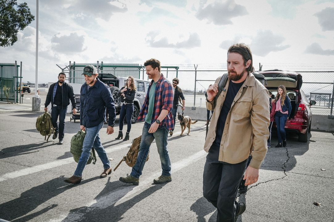 (v.l.n.r.) Ray Perry (Neil Brown Jr.); Clay Spenser (Max Thieriot); Jason Hayes (David Boreanaz); Trent (Tyler Grey) - Bildquelle: Erik Voake Erik Voake/CBS  2017 CBS Broadcasting, Inc. All Rights Reserved