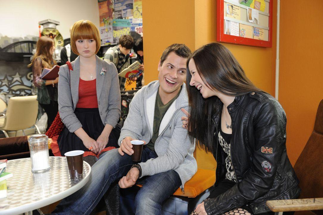 Sophie (Franciska Friede, l.) beobachtet, dass Timo (Rocco Stark, M.) und Luzi (Selina Müller, r.) ein Band der Freundschaft verbindet, bei dem sie... - Bildquelle: SAT.1