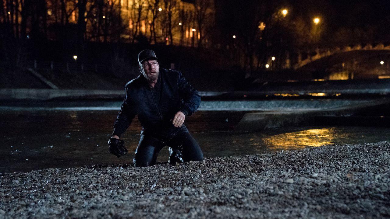 Als er einer Verschwörung zum Opfer fällt und ihm staatsgefährdende Straftaten angehängt werden, wird Polizist Anger (Henning Baum) vom Jäger zum Ge... - Bildquelle: Marc Reimann SAT.1/Marc Reimann