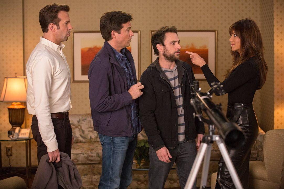Eigentlich ist die heiße Zahnärztin Dr. Julia Harris (Jennifer Aniston, r.) sehr, sehr hilfsbereit, doch nur dann, wenn Kurt (Jason Sudeikis, l.), D... - Bildquelle: 2014   Warner Bros.