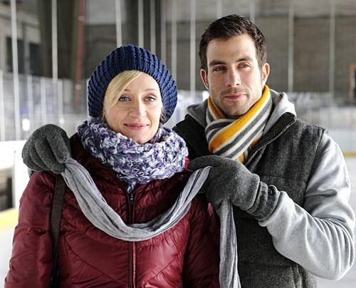 Michael hat zu Karins erstaunen eine Eishalle gemietet ...  - Bildquelle: Christoph Assmann - Sat1