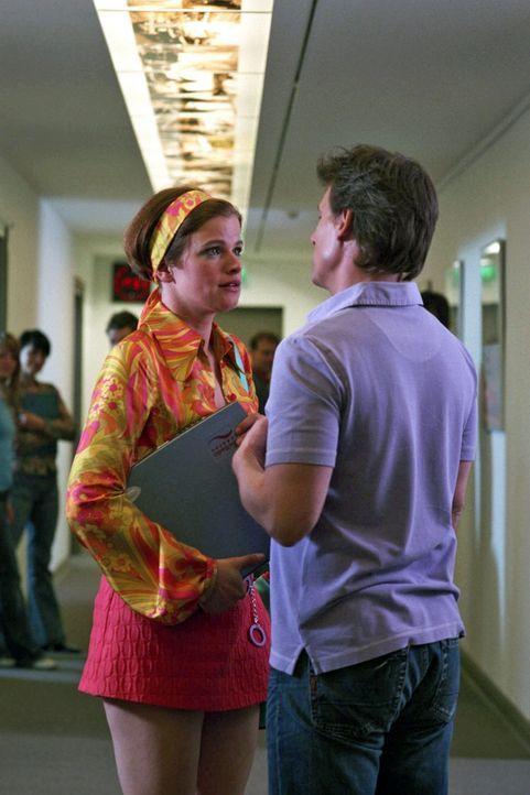 Jenny (Mira Bartuschek, l.) arbeitet beim Radio, träumt von ihrem Chef Tony (René Steinke, r.) und einer Karriere als Journalistin. - Bildquelle: Sat.1