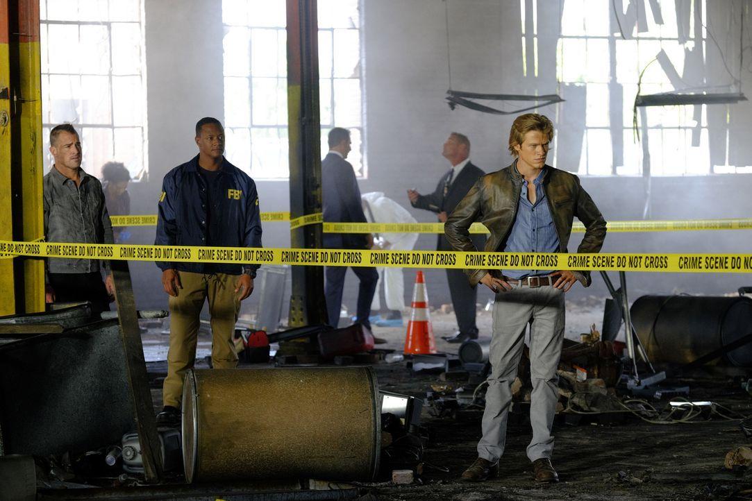 """Nach der Explosion in einer leeren Fabrikhalle ist sich MacGyvers (Lucas Till, r.) sicher: Sein Gegenspieler und Bombenbastler """"The Ghost"""" spielt mi... - Bildquelle: 2016 CBS Broadcasting, Inc. All Rights Reserved"""