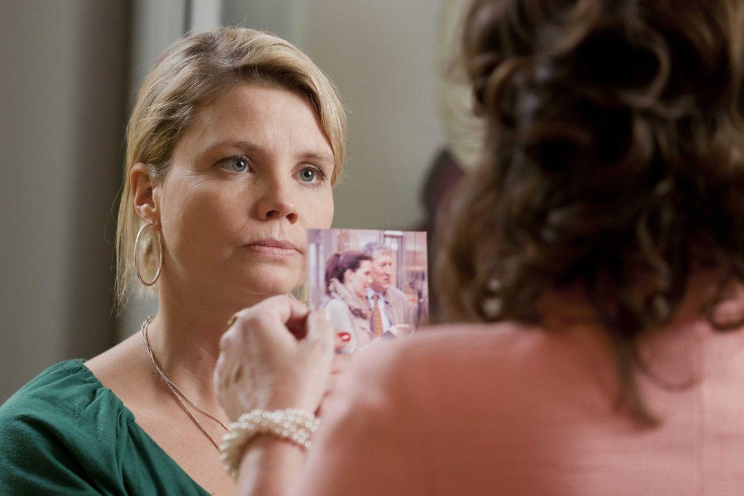 Um Oberbürgermeister Schade zur Vernunft zu bringen, schreckt Danni (Annette Frier, l.) vor nichts zurück - sie versucht seine Frau (Sabine Vitua,... - Bildquelle: SAT.1