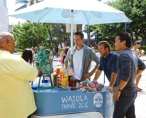 Kann Kamekona (Taylor Wily, l.) Steve (Alex O'Loughlin), Danno (Scott Caan) und Chin (Daniel Dae Kim ) beim neuen Mordfall behilflich sein? - Bildquelle: CBS Studios Inc