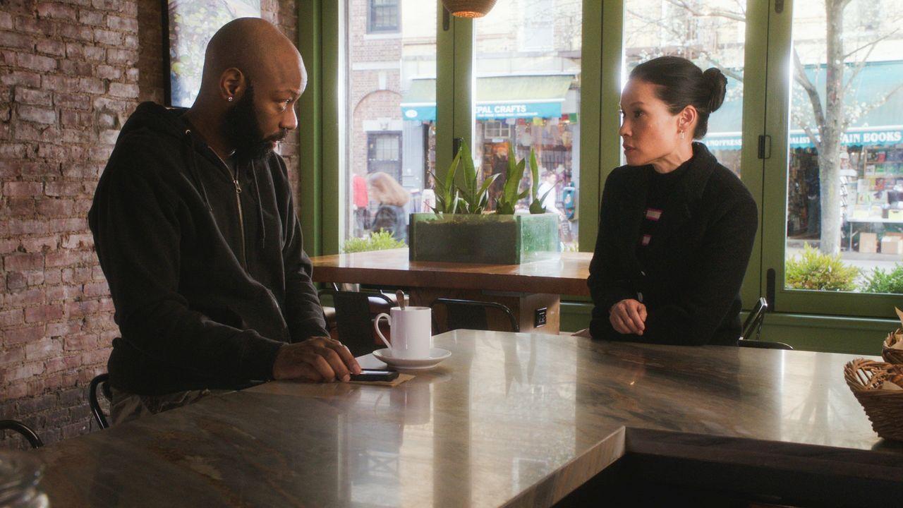 Watson (Lucy Liu, r.) probiert mit der Hilfe von Shinwell Johnson (Nelsan Ellis, l.), dem Täter auf die Spur zu kommen. Doch kann sie ihm wirklich t... - Bildquelle: 2017 CBS Broadcasting, Inc. All Rights Reserved.