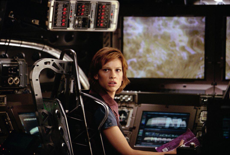 """In einem spektakulären Gefährt, einer Symbiose aus U-Boot und Raumschiff, soll """"Terranautin"""" """"Beck"""" Childs (Hilary Swanks) die Welt vor dem Unterg... - Bildquelle: TM & Copyright   2003 by Paramount Pictures. All Rights Reserved."""
