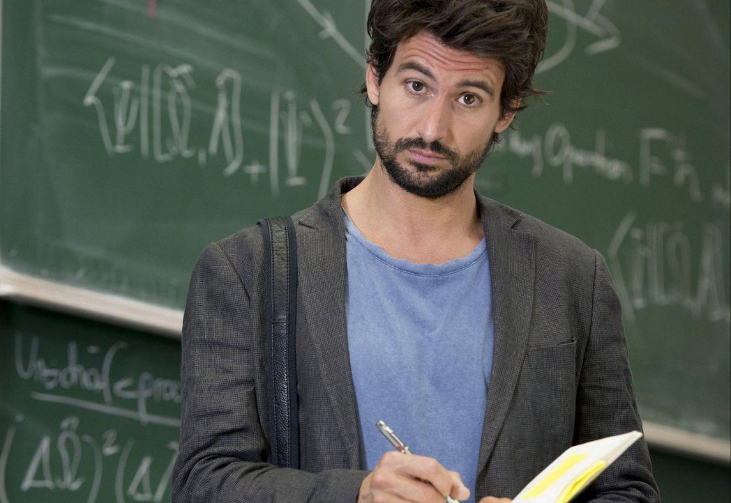 """Physikprofessor Felix """"Einstein"""" Winterberg (Tom Beck) hat nur noch wenige Jahre zu leben, weswegen er unermüdlich seine Forschungen vorantreibt - m... - Bildquelle: Martin Rottenkolber SAT.1"""