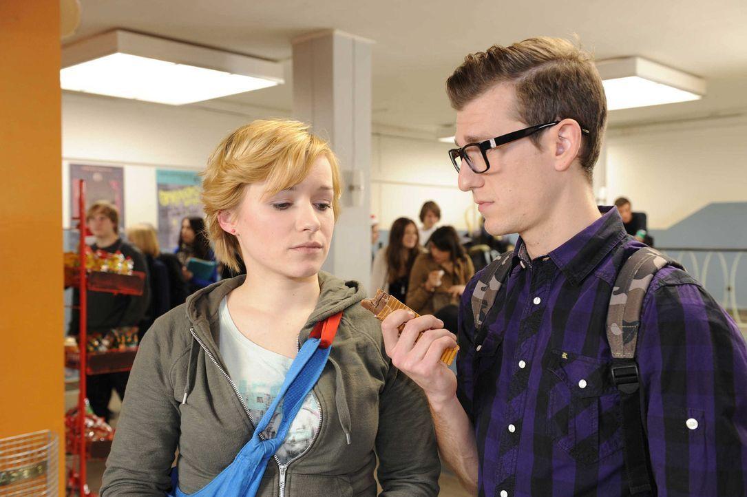Emma (Kasia Borek, l.) traut sich Hotte (Dennis Schigiol, r.) nicht die Wahrheit zu sagen ... - Bildquelle: SAT.1