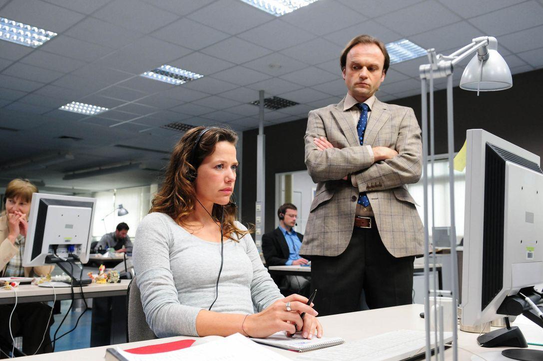 Ihr Chef ahnt nicht, dass Anna (Alexandra Neldel, l.) von einem mysteriösen Anrufer tyrannisiert wird, der seine Opfer auf grausame Weise umbringt,... - Bildquelle: Christiane Pausch ProSieben