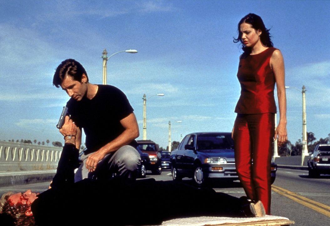 Raymond (Timothy Hutton, liegend) bereitet Claire (Angelina Jolie, r.) und Eugene (David Duchovny, M.) eine kleine Überraschung ... - Bildquelle: Buena Vista Pictures