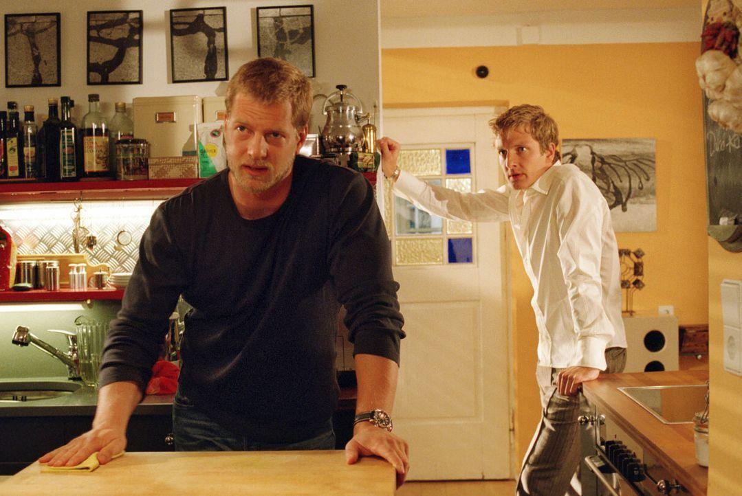 Leos (Henning Baum, l.) eifersüchtiger Freund Bernd (Holger Stockhaus, r.) wirft ihm das Treffen mit seinem Ex-Freund Thorsten vor und geht. - Bildquelle: Sat.1