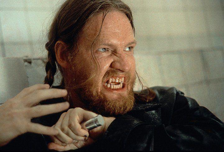 Ziemlich angeschlagen, doch noch nicht endgültig besiegt: Blutsauger Quinn (Donal Logue) ... - Bildquelle: Warner Bros.