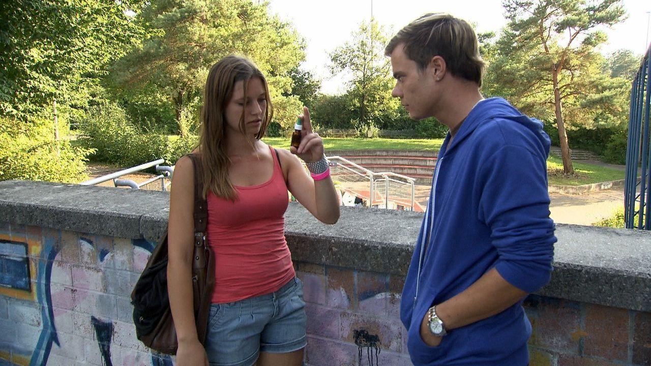 Philipp (r.) verkauft Jackie (l.) auf dem Schulhof K.O.-Tropfen. Was hat die 18-jährige damit nur vor? - Bildquelle: SAT.1