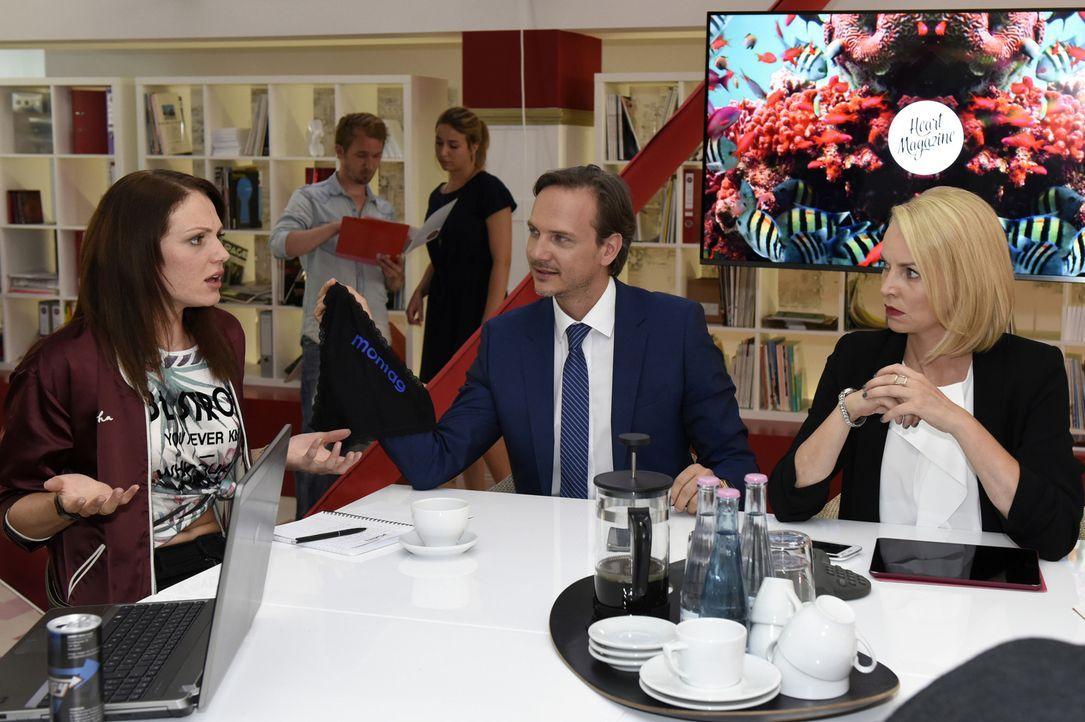 Sind nicht immer gleicher Meinung: Toni (Isabella Vinet, l.), Uwe (Tino Lindenberg, 2.v.r.) und Theresa (Simone Hanselmann, r.) ... - Bildquelle: Christoph Assmann SAT.1