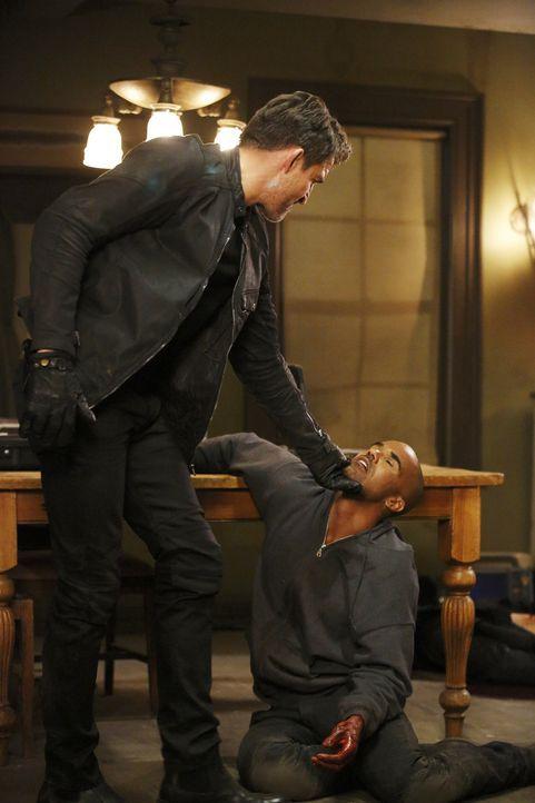 Morgan (Shemar Moore, r.) wurde von seinen Entführern in eine abgelegene Hütte verschleppt. Dort wird er gefoltert - doch weshalb sie es auf ihn abg... - Bildquelle: Trae Patton ABC Studios
