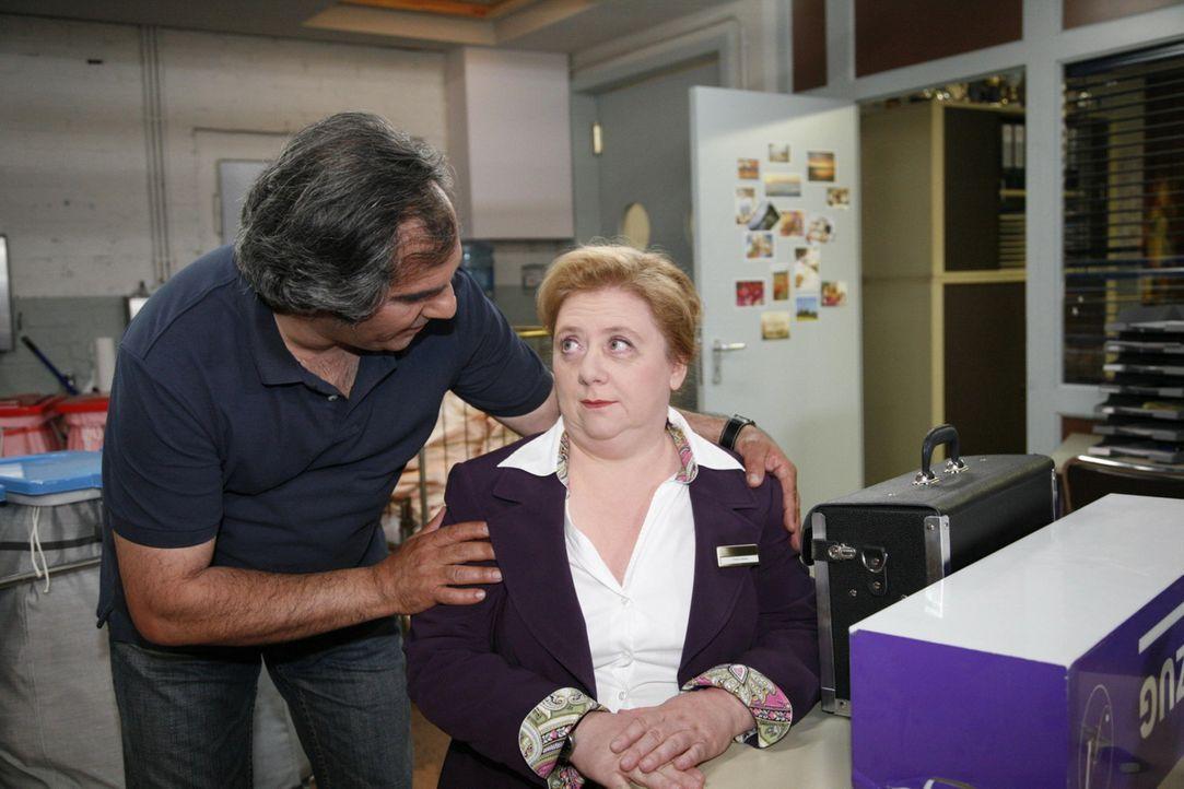Während sich Süleyman (Hussi Kutlucan, l.) und Paula (Regine Hentschel, r.) wieder versöhnen, tappt Manu in eine Falle der Sachsens ... - Bildquelle: SAT.1