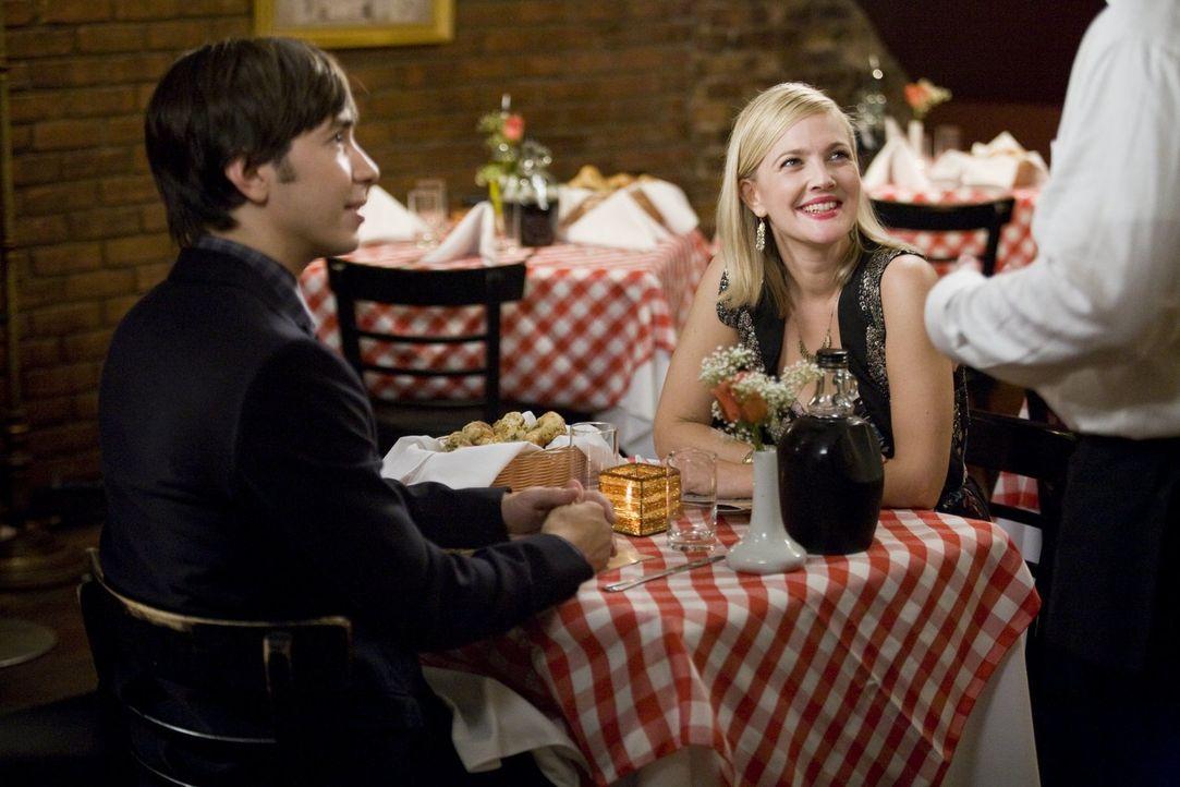 Garrett (Justin Long, l.) und Erin (Drew Barrymore, r.) lernen sich in New York kennen und lieben, doch ihre gemeinsame Zeit ist begrenzt, denn nach... - Bildquelle: 2010 Warner Bros.