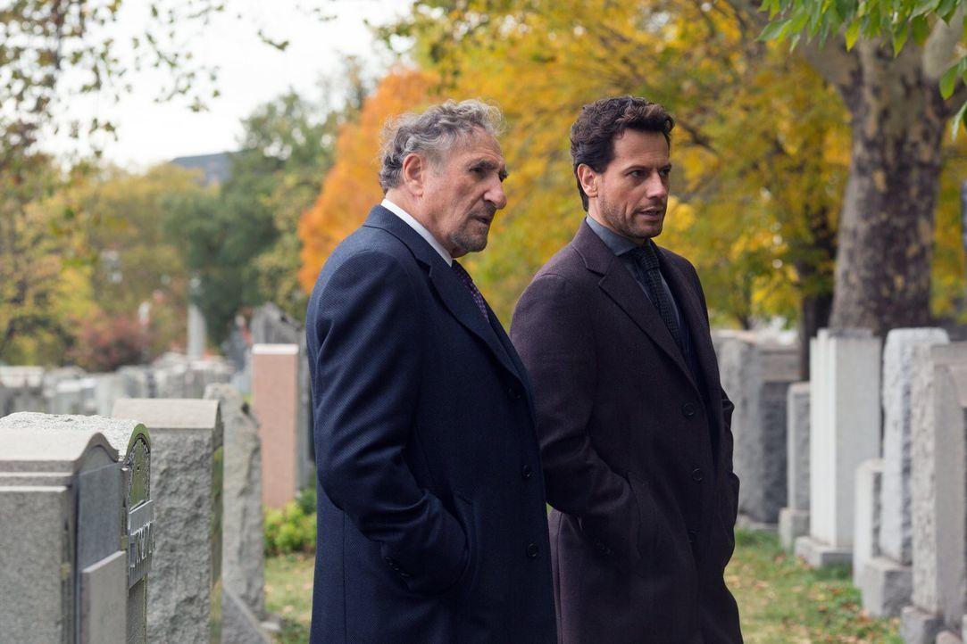 Auf der Beerdigung des Mordopfers trifft Abe (Judd Hirsch, l.) zufällig auf die Frau, die ihm einst seinen ersten Kuss gab, und Henry (Ioan Gruffudd... - Bildquelle: Warner Brothers
