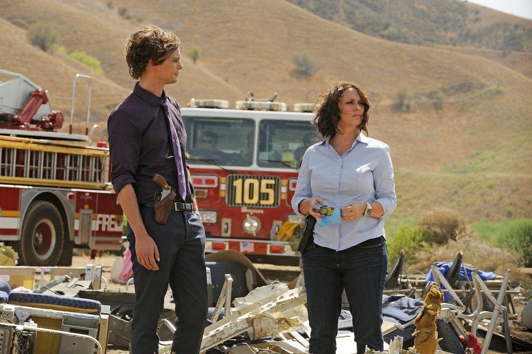 Der Flugzeugabsturz, in dem Reid (Matthew Gray Gubler, l.) und Kate (Jennifer Love Hewitt, r.) ermitteln, erinnert Kate an eine ähnliche Tragödie in... - Bildquelle: Colleen Hayes ABC Studios