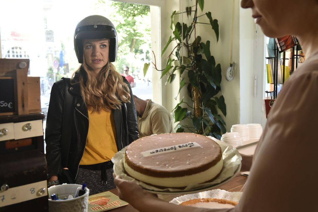 Zu einem Besuch ihrer Eltern möchte Mila (Susan Sideropoulos) einen Kuchen mitbringen - doch dabei hat sie die Qual der Wahl ... - Bildquelle: Claudius Pflug SAT.1
