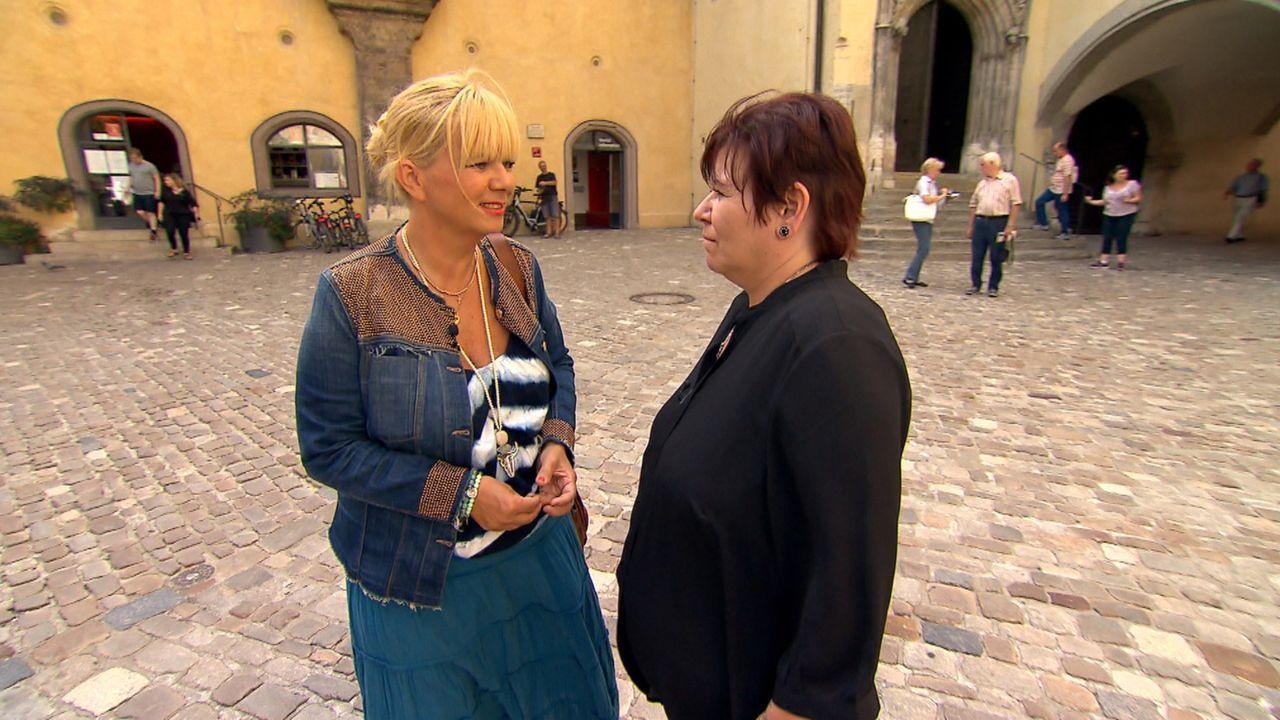 Claudia (r.) bitte Julia Leischik (l.) um Hilfe - sie möchte bei einem Freund um Verzeihung bitten ... - Bildquelle: SAT.1