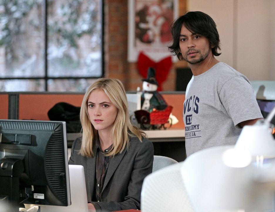 Versuchen, einen neuen Fall zu lösen: Bishop (Emily Wickersham, l.) und der inhaftierte Cyberterrorist Ajay (Vik Sahay, r.) ... - Bildquelle: CBS Television