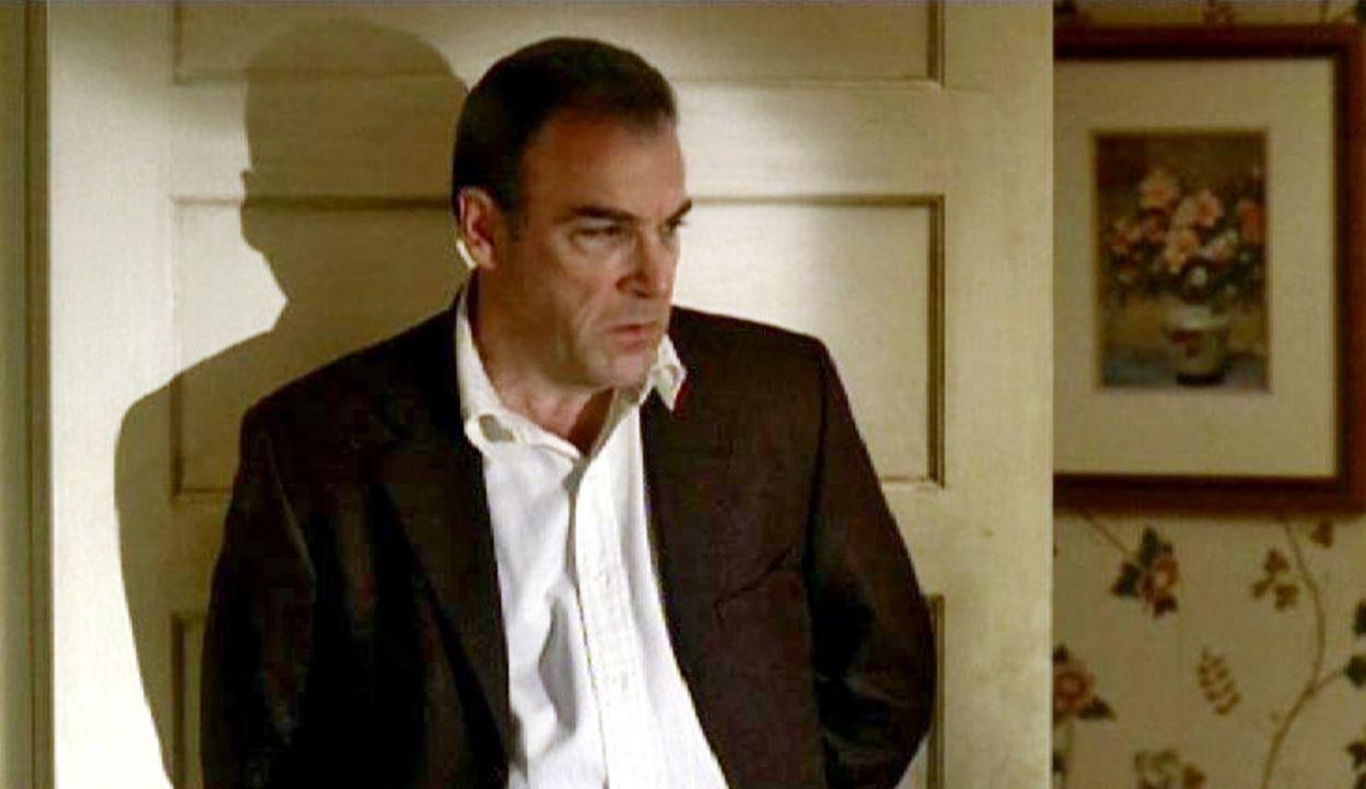 Special Agent Jason Gideon (Mandy Patinkin) versucht herauszufinden, wer die Morde im Haus der Familie DiMarco begangen hat ... - Bildquelle: Touchstone Television