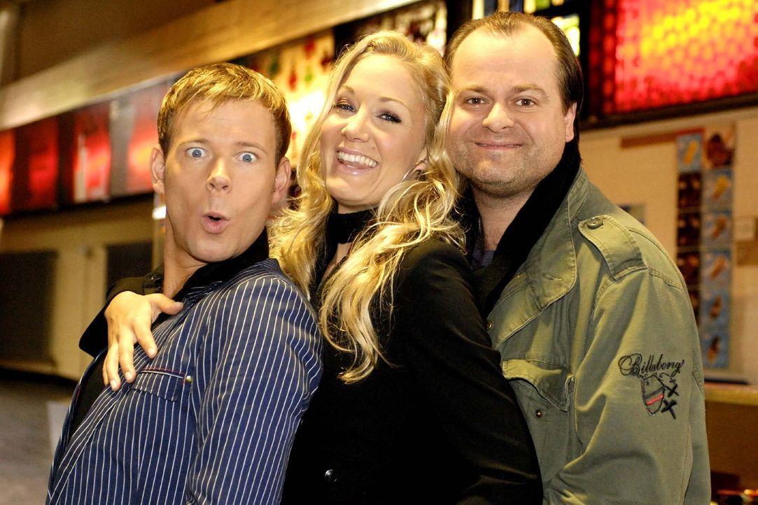Mathias (Mathias Schlung, l.), Janine (Janine Kunze, M.) und Markus (Markus Majowski, r.) gehen zusammen ins Kino. Das verspricht ein unterhaltsamer... - Bildquelle: Max Kohr Sat.1