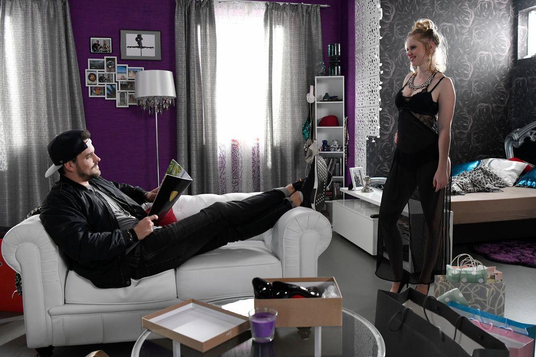 Anja (Franziska Breite, r.) zeigt Rocko (Marc Barthel, l.) all die Kleider, die sie sich dank des Geldes nun leisten kann. - Bildquelle: Andre Kowalski SAT.1/André Kowalski