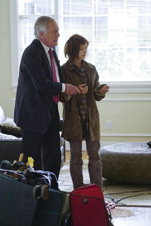 Während das Team in einem neuen Mordfall ermittelt, hilft Anthony DiNozzo Sr. (Robert Wagner, l.) einer obdachlosen Frau (Melora Walters, r.), die g... - Bildquelle: Monty Brinton 2016 CBS Broadcasting, Inc. All Rights Reserved
