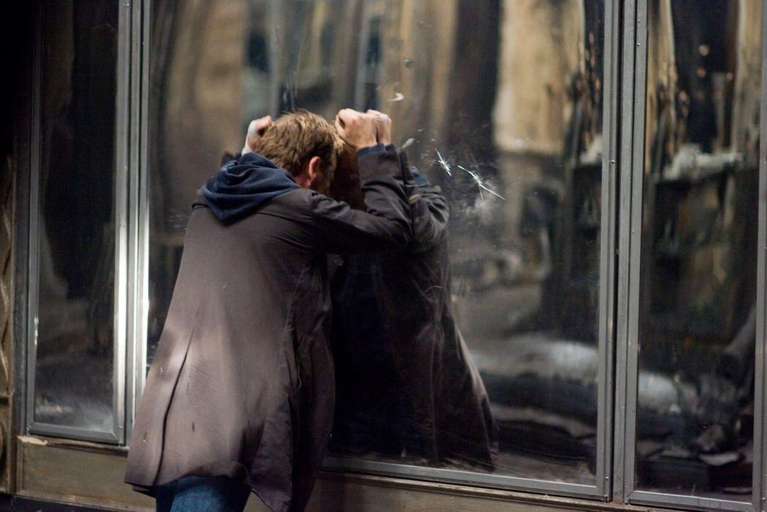 Schon bald wird dem Ex-Polizisten Ben Carson (Kiefer Sutherland) klar, dass die riesigen Spiegel des ehemaligen Kaufhauses ein Eigenleben führen. Ei... - Bildquelle: 2007 Regency Enterprises, New Regency Pictures
