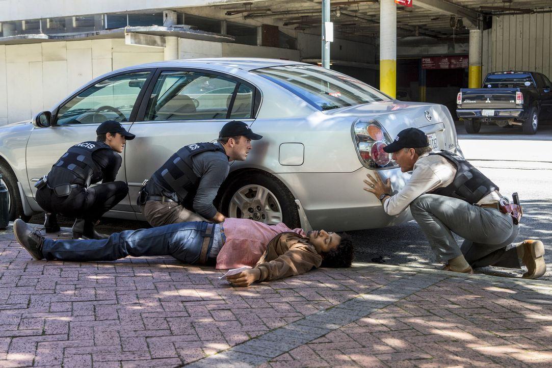 Bei den Untersuchen in einem Mordfall wird ein Verdächtiger (Shawn Carter Peterson, liegend) auf offener Straße erschossen. Pride (Scott Bakula, r.)... - Bildquelle: 2014 CBS Broadcasting Inc. All Rights Reserved.