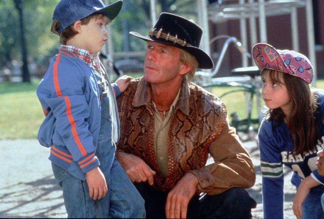 Die Kinder der Großstadt sind von dem unkonventionellen Mick (Paul Hogan, M.) ebenso begeistert wie die hübsche Sue ... - Bildquelle: Paramount Pictures