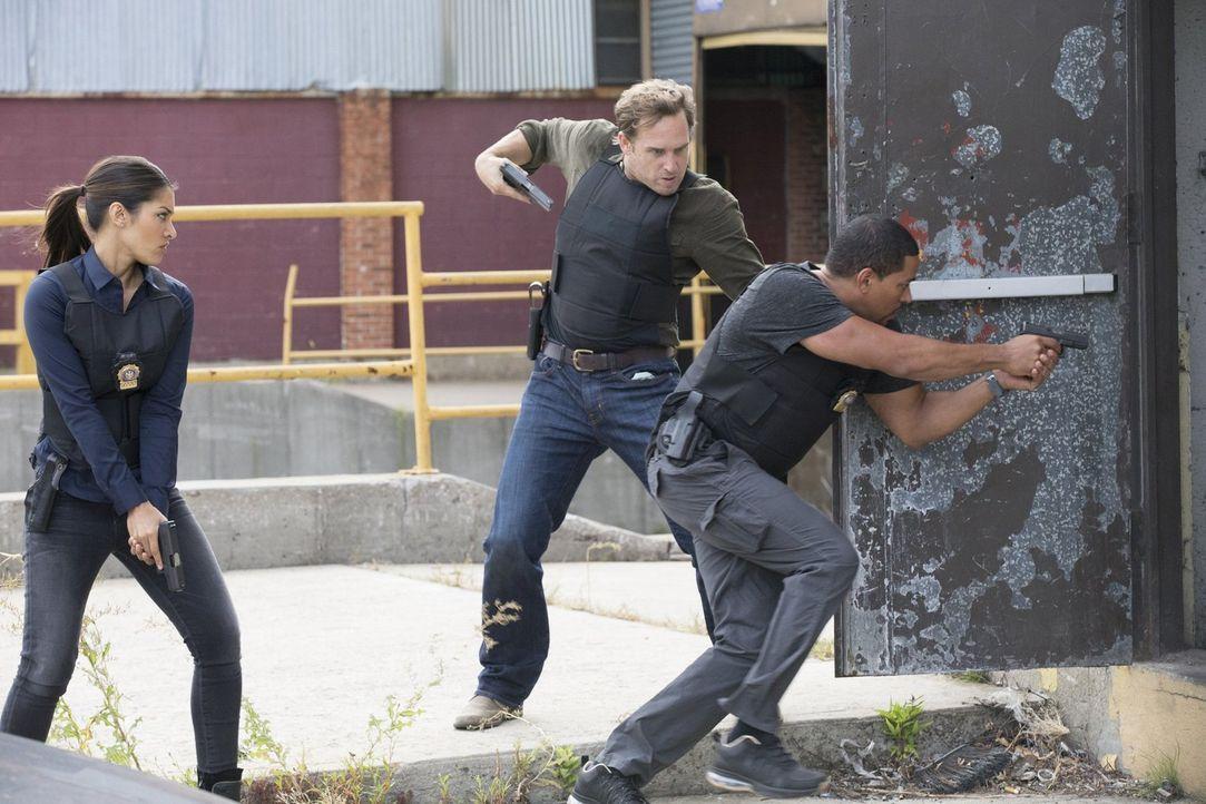 Als Lauras Ex-Captain aus dem Gefängnis ausbricht, schwebt die Polizistin in größter Gefahr. Für Meredith (Janina Gavankar, l.), Jake (Josh Lucas, M... - Bildquelle: 2015 Warner Bros. Entertainment, Inc.