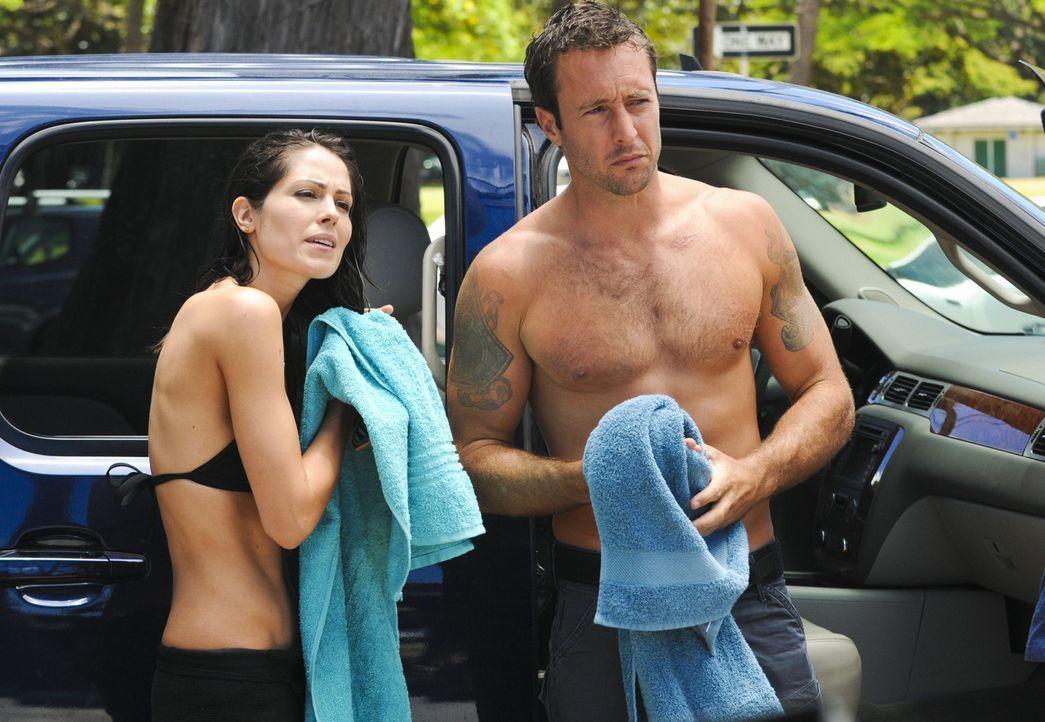 Steve (Alex O'Loughlin, r.) bittet Catherine (Michelle Borth, l.) um Hilfe bei der Suche nach seiner Mutter ... - Bildquelle: 2012 CBS Broadcasting, Inc. All Rights Reserved.