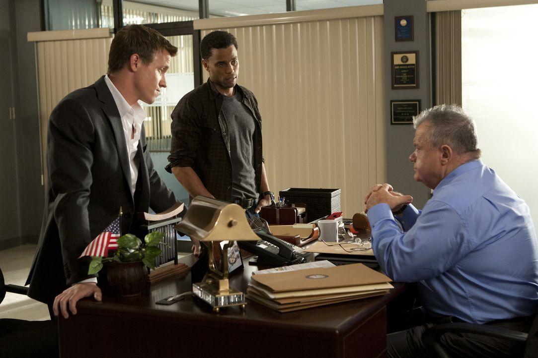 Als ein Cop bei einem Einsatz angeschossen wird, werden Travis (Michael Ealy, M.) und Wes (Warren Kole, l.) von Captain Sutton (Jack McGee, r.) dami... - Bildquelle: 2012 USA Network Media, LLC