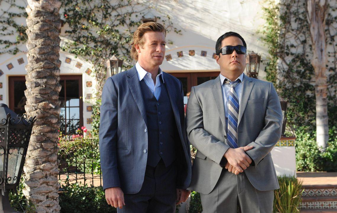 Ein neuer Mordfall beschäftigt Patrick Jane (Simon Baker, l.) und Kimball Cho (Tim Kang, r.) ... - Bildquelle: Warner Bros. Television