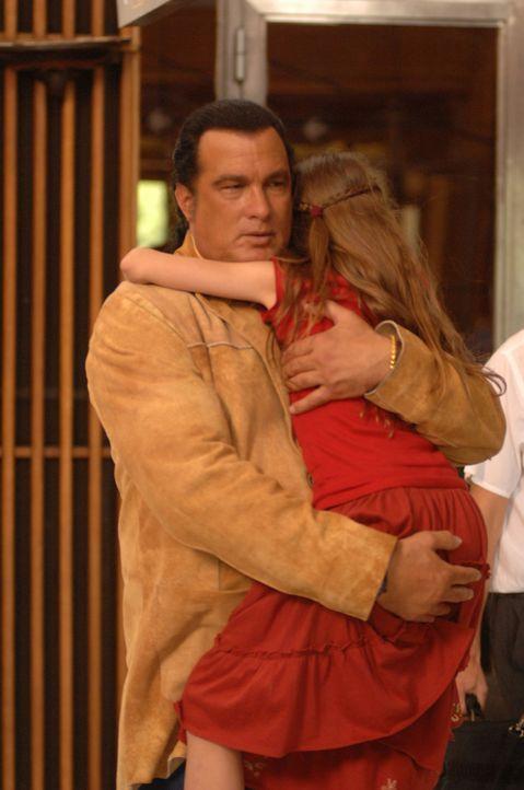 Jack Foster (Steven Seagal, l.) will seine kleine Tochter (Skye Bennett, r.) aus den Händen von Kidnappern befreien ... - Bildquelle: 2006 Micro Fusion 2005-1 LLP. All rights reserved.