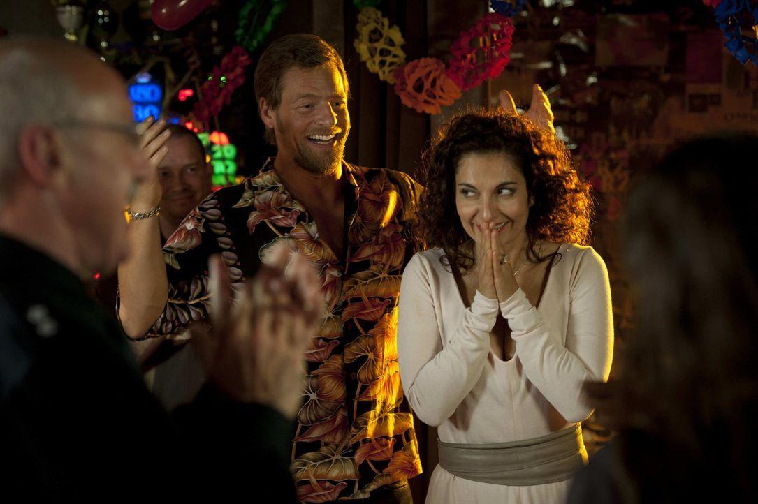 """Mick (Henning Baum, l.) gibt für Tanja (Proschat Madani, r.) eine große """"Willkommen zurück""""-Party. Alle sind da, auch Micks Rivale Niklas Hold ... - Bildquelle: SAT.1"""