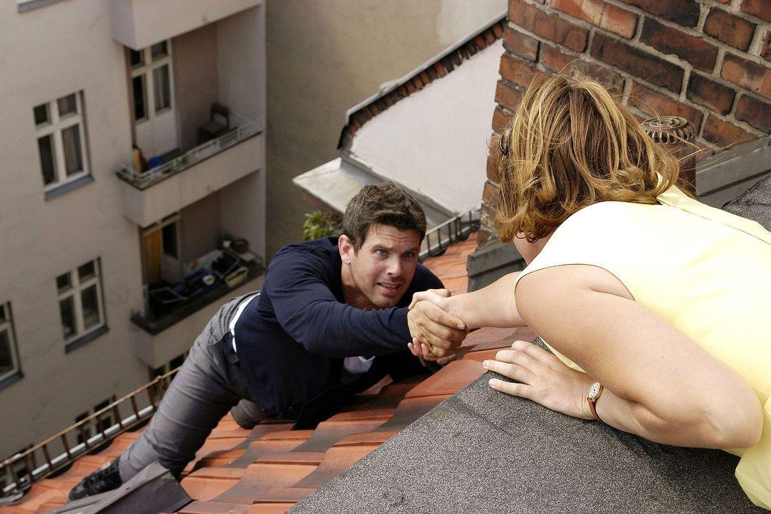 Als Kai (Steffen Groth, l.) auf dem Dach abstürzt, ruft er Lilly (Mira Bartuschek, r.) zu Hilfe ... - Bildquelle: Aki Pfeiffer Sat.1