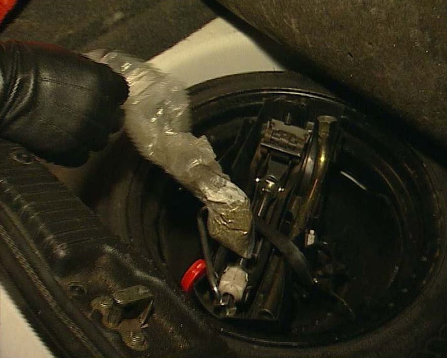 Auf dem Weg zur großen Goa-Party wird fast jedes Auto kontrolliert. Die Kontrolle lohnt sich, wie man sieht: Im Kofferraum ist Gras versteckt. Die... - Bildquelle: Sat.1
