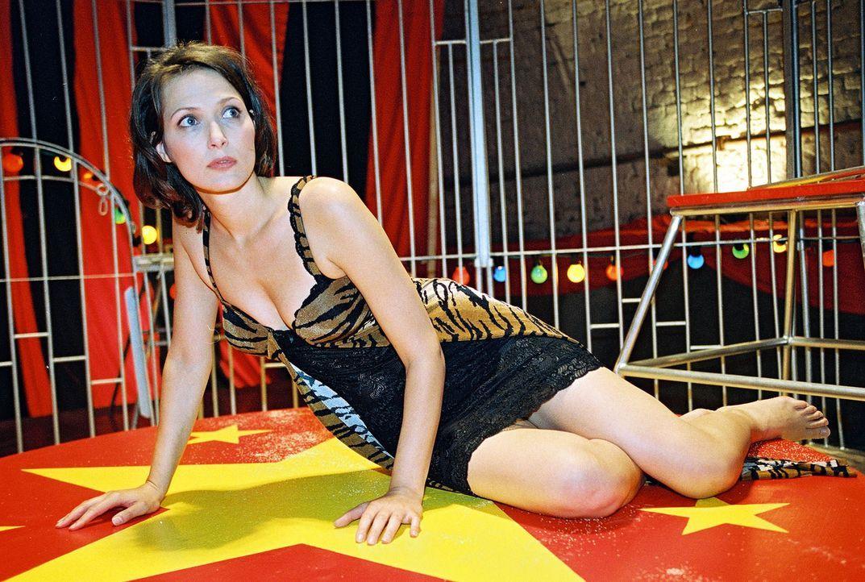 Die Autorin Tina Hecht (Ina Rudolph) ist in einem Raubtierkäfig gefangen... - Bildquelle: Sat.1